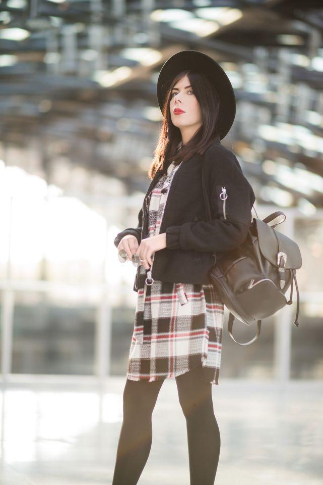 stylizacja w stylu grunge z sukienką w kratę