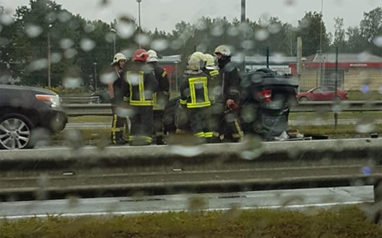 Pēc avārijas K.Ulmaņa gatvē uz jumta apgāžas auto