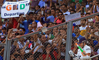 Fans cheering for Sachin Tendulkar as he enters the ground