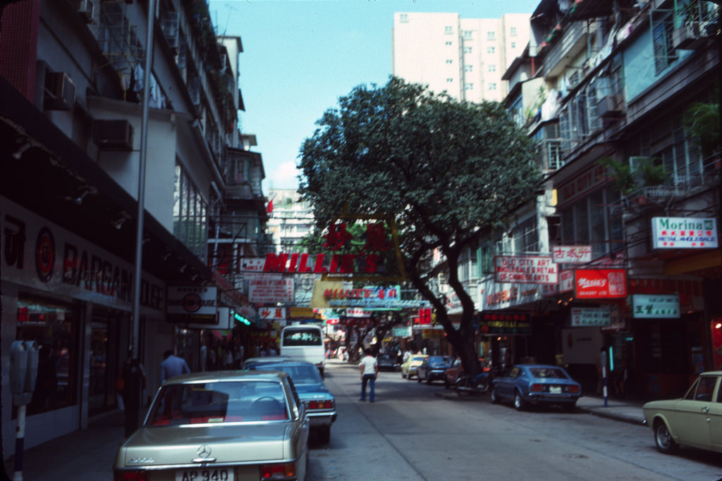 30 interesting color photographs capture street scenes of hong kong in the 1970s