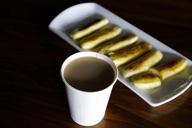 Menyesap kopi manis dan pisang goreng