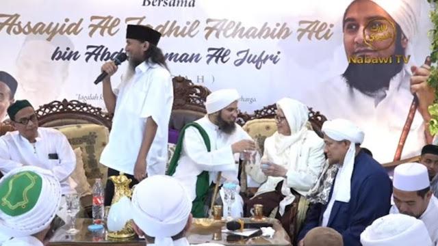 Ketika Habib Ali Al-Jufri dan Kiai Anwar Manshur Berbagi Berkah melalui Air Minum