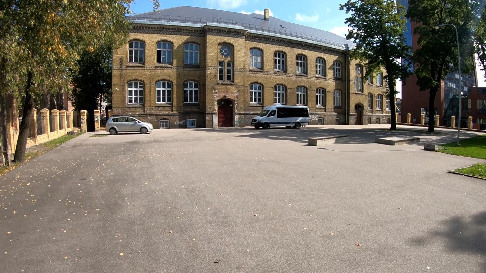 Дворик центра молодежи. Раньше тут был скейтпарк. 4 фото