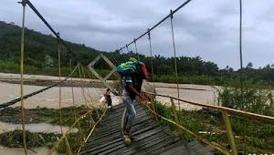Jembatan Roboh yang Rusak Parah, warga tetap Nekat menggunakan nya