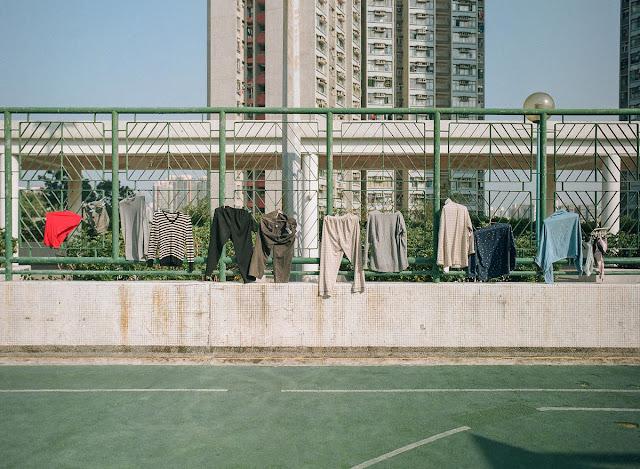 Ở Hồng Kông, thành phố của sự sầm uất và chen chúc, mọi không gian đều bị hạn chế. Nhiếp ảnh gia Jimmi Ho đã thực hiện một bộ ảnh ghi lại nghệ thuật phơi quần áo ở nơi đất chật người đông này, thông qua nó anh muốn cho thấy sự sáng tạo của người dân nơi đây trong cuộc sống đời thường.