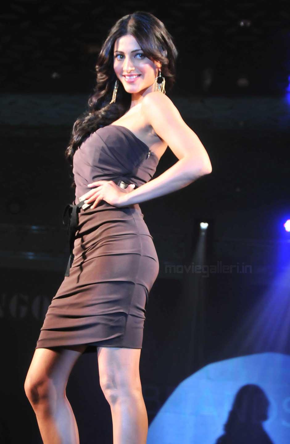 Shruti Hassan Hot Thigh Show On Ramp  Hot Actress Sexy Pics-8842