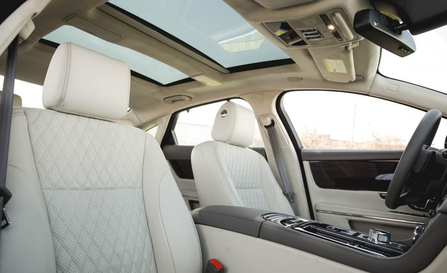 Xe được trang bị cửa sổ trời, ghế hoa văn kim cương da đục lỗ
