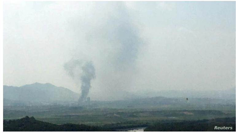 Una columna de humo se eleva del lugar donde fue destruida una oficina de enlace entre las dos Coreas en territorio norcoreano el 16 de junio de 2020 / Foto de la agencia de prensa surcoreana Yonhap divulgada por Reuters