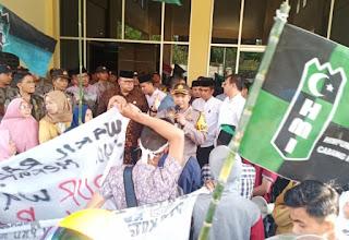 """Demo ke DPRD, Mahasiswa Solok """"Duduak Baropok"""" di Aspal dengan Anggota Dewan"""