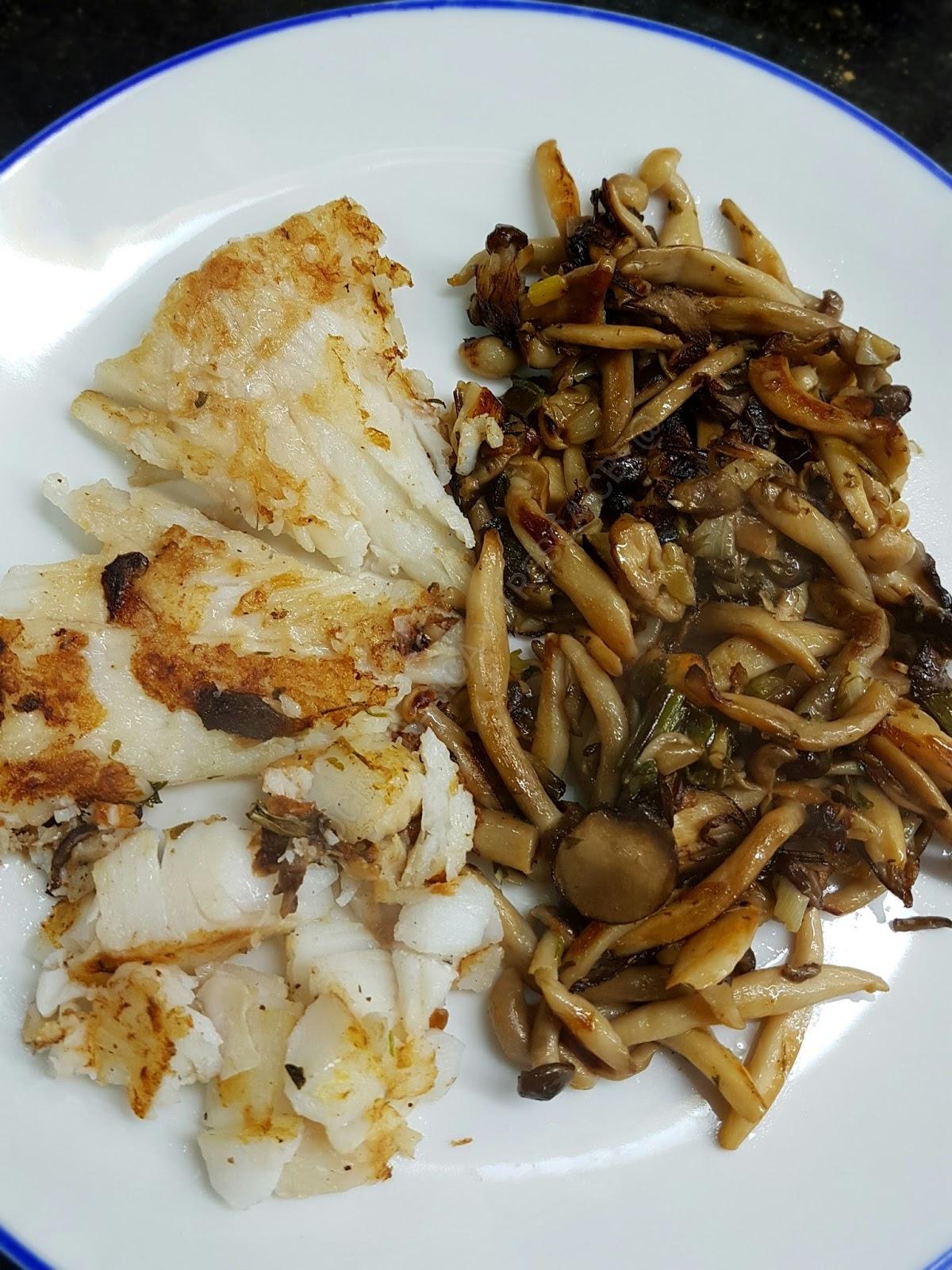 Cocina basica y fresca merluza a la plancha con setas al for Cocina 1 plato