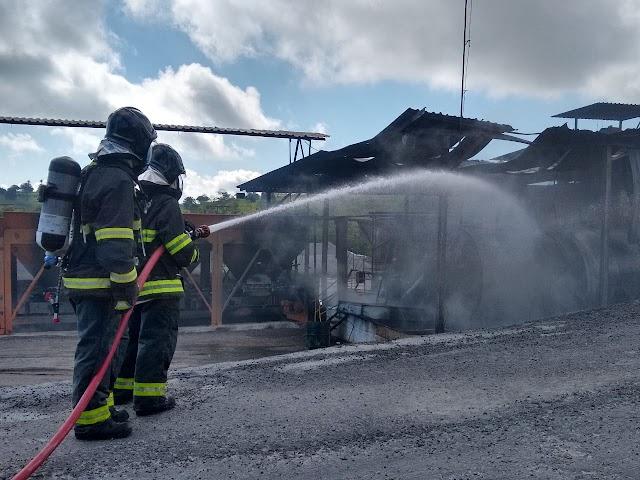 Bombeiros do 2°GBM debela incêndio após explosão em usina de asfalto