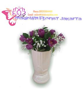 Tulip-Ungu-Dalam-Vas-Keramik-Magnum-Florist-01