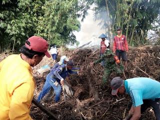 Karya Bakti, Babinsa Dan Kades Bolo Ajak Masyrakat Bersihkan Sampah