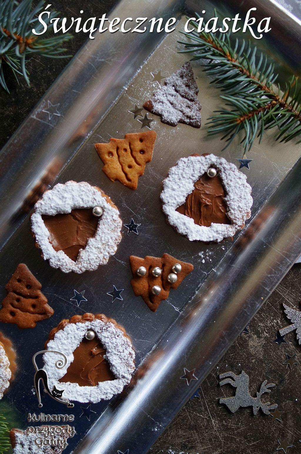 ciasteczka-na srebrnej-tacy-z-ozdobami-swiatecznymi