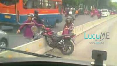 Ibu-ibu 'Ngangkat' Motor di Separator Jalur Transjakarta Ini Bikin Heboh Netizen