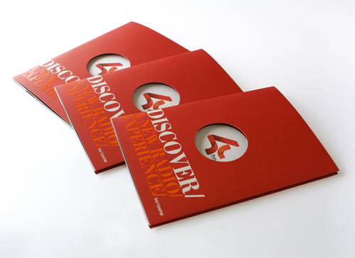 folder vermelho com furo redondo