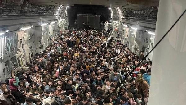 Genting! Satu Pesawat Militer AS Angkut 600 Warga Afghanistan dari Kabul