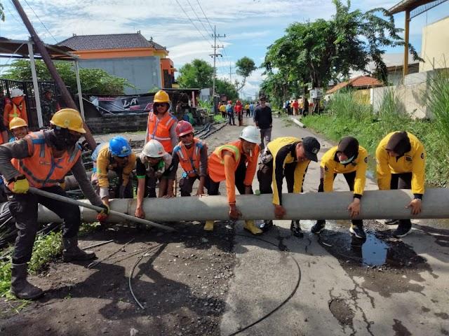 Personel Gabungan Sidoarjo Kerjasama Lakukan Normalisasi Wilayah Akibat Cuaca Ekstrim