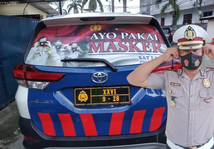 Satlantas Polresta Jambi Pasang Sticker Himbauan Ayo Pakai Masker di Kendaraan Dinas