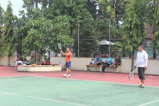 Jaga Kebugaran Dan Kesehatan Dandim 0719/Jepara Bermain Tenis Lapangan