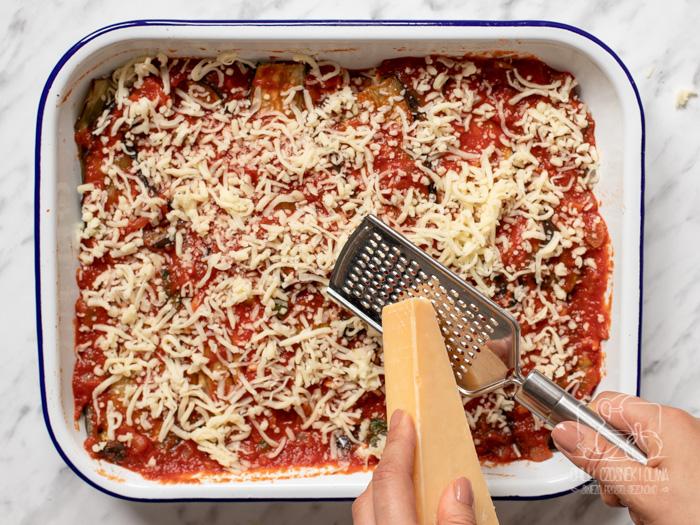 Włoska zapiekanka z bakłażanem i sosem pomidorowym - Parmigiana di melanzane. Etapy przygotowani