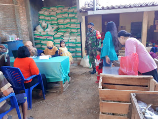 Babinsa Suwawal Timur Monitoring Penyaluran Bantuan sembako-BPNT.