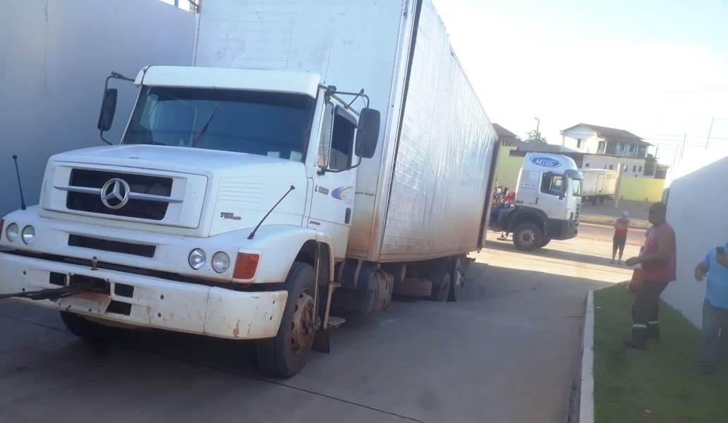 Rampa de acesso a atacadão rompe, e buraco 'engole' caminhão em Santarém; vídeo