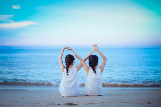 Ảnh đẹp 2 cô gái và biển đẹp nhất