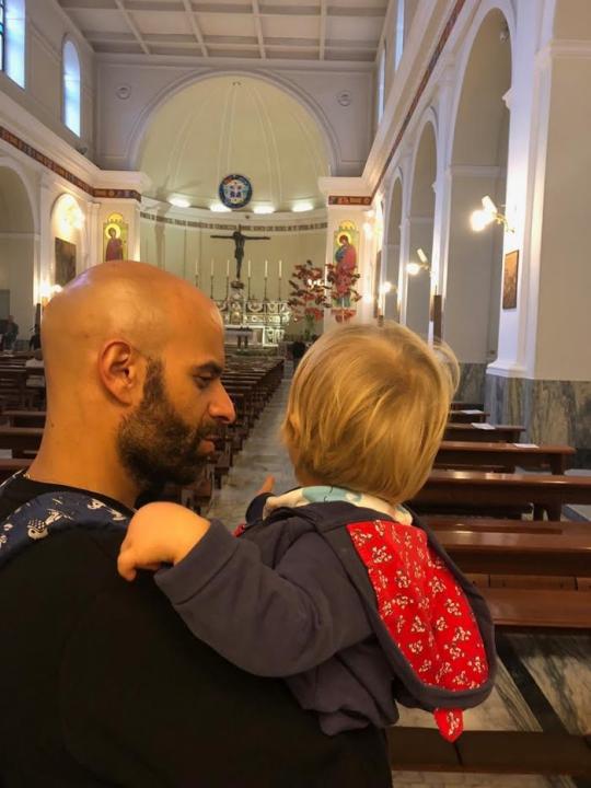 Nie tratycjne rodziny - Samotny gej praktykujący katolik zaadoptował dziewczynkę z zespołem Downa