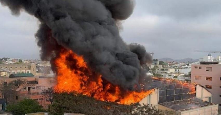 Bomberos controlan incendio registrado en el techo del Colegio Santa Rosa de Barranco