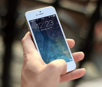 Berjalan Sambil Main Smartphone Akan Didenda