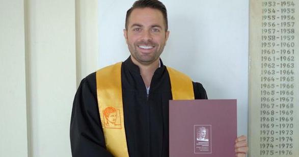 Ηλίας Βρεττός: Πήρε το πτυχίο του μετά από 17 χρόνια