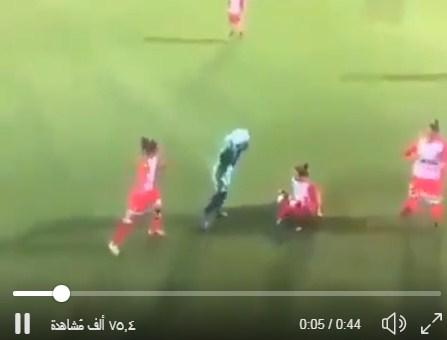 فيديو : لاعبة كرة قدم سقط حجابها فماذا فعلت اللاعبات