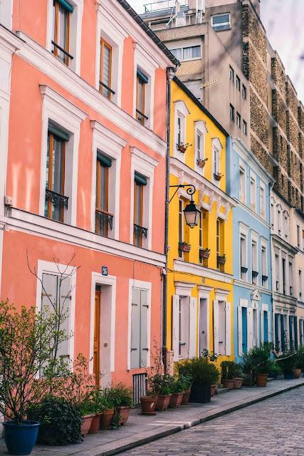 Chỉ cần đi bộ một quãng ngắn cách xa sự hối hả và nhộn nhịp của thành phố Gare de Lyon trong Quận 12 của Paris, bạn sẽ bắt gặp một khu phố châu Âu như là thiên đường của sắc màu pastel. Với những chậu cây bằng đất nung và những ô cửa sổ hoa nối tiếp nhau, khu dân cư được đặt theo tên của Bộ trưởng Bộ Tư pháp Adolphe Crémieux này tự hào với bộ sưu tập những ngôi nhà được sơn phết rất đẹp.
