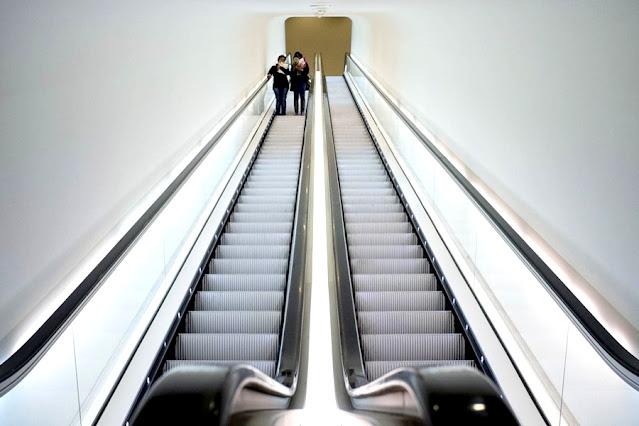 Lei obriga a fixação de placa em braile indicando sentido da escada rolante, em RO