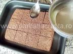 Prajitura boema preparare reteta - insiroparea blatului taiat bucatele