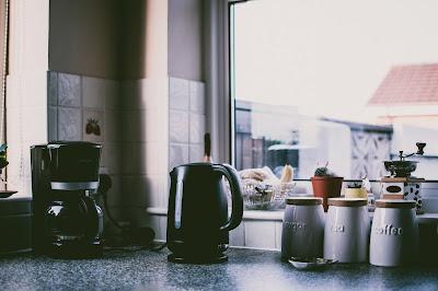 Czajnik i ekspres do kawy na blacie w kuchni