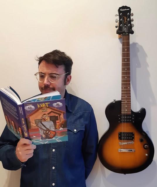El escritor Carlos García Miranda con su libro sobre Kurt Cobain