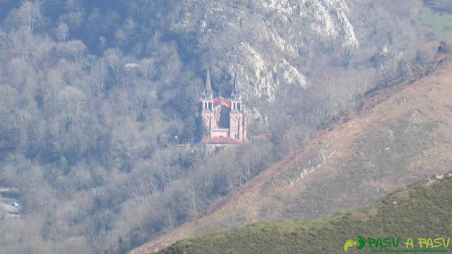 Basílica de Covadonga desde el Mirador de Seguencu, Cangas de Onís