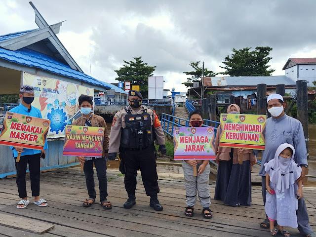 Cegah Penyebaran Covid-19, Bripka Budi Ajak Penumpang Kapal Tetap Disiplin Patuhi Prokes