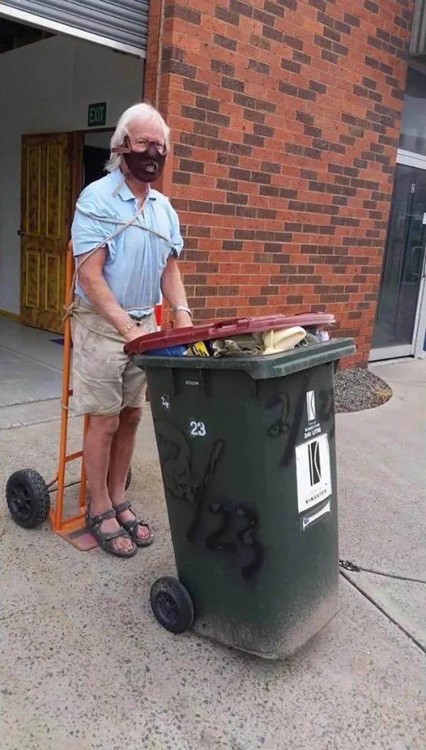 La gente en Australia se disfraza para sacar la basura y hacen la cuarentena divertida