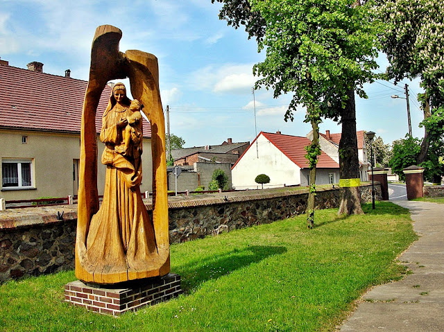 Figura współczesna rzeźbiona w drewnie.