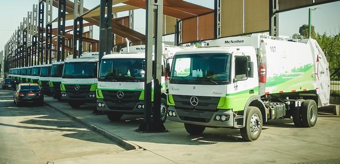 Mercedes-Benz exporta 18 caminhões Atego para limpeza urbana no Chile