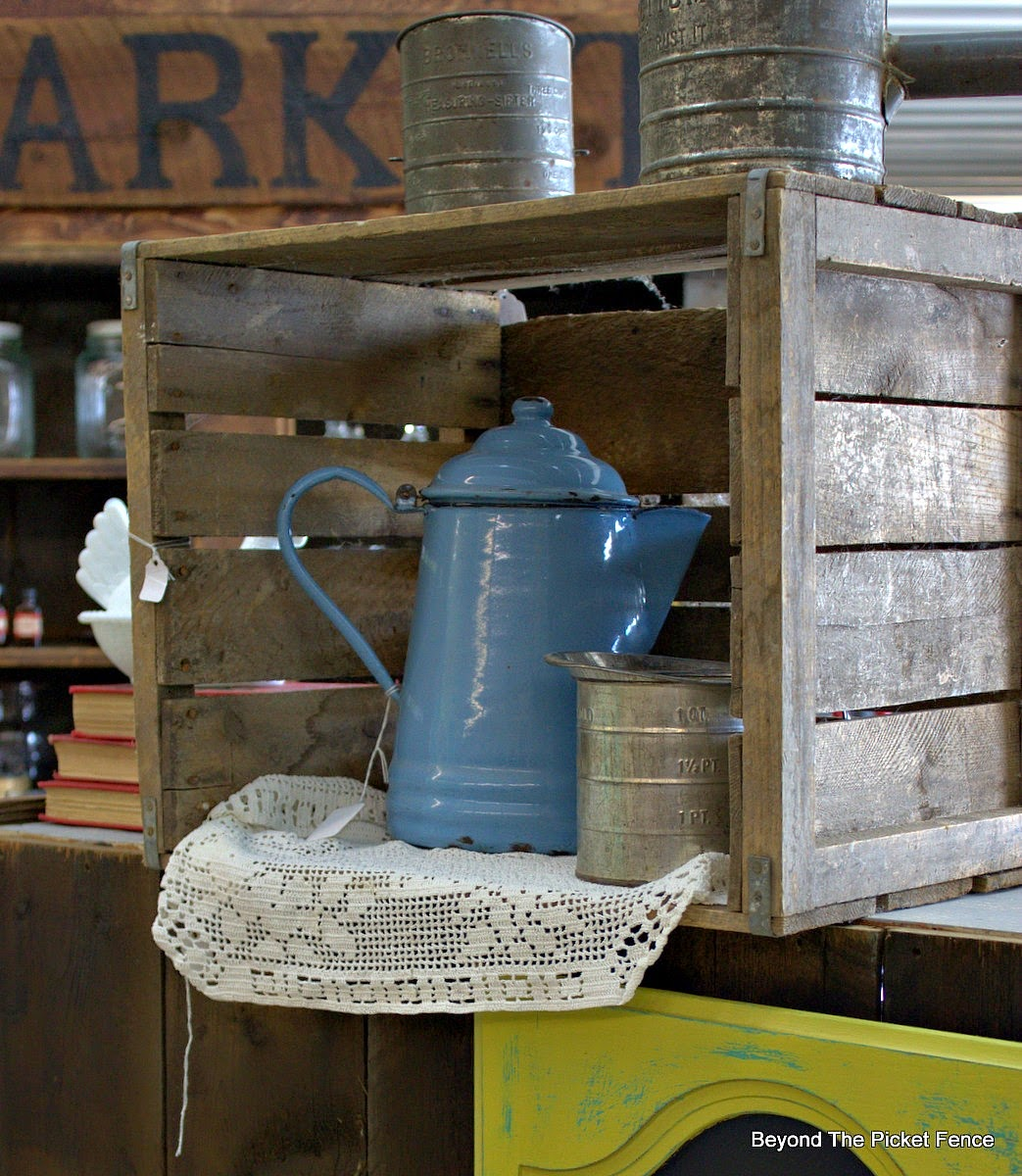 Beyond The Picket Fence, crate, enamelware, antiques, Beyond The Picket Fence, http://bec4-beyondthepicketfence.blogspot.com/2015/02/5-decorating-lessons-from-store.html