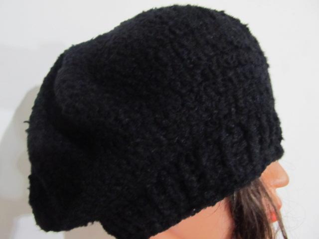 un semplice basco nero in lana bouclè morbidissima semplice e elegante  lavorato a mano all uncinetto adatto a ogni età e abbigliamento 7424c981db62