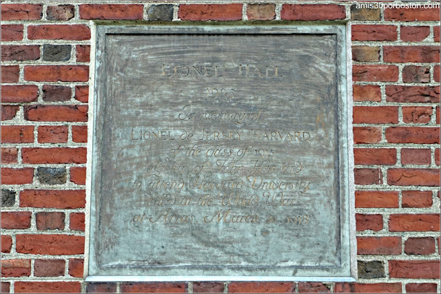 Placa en el Lionel Hall, Universidad de Harvard