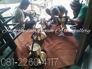 pusat kerajinan tembaga dan kuningan - kerajinan tembaga dan kuningan - pengrajin logam - pengrajin tembaga- pengrajin kuningan- sentra industri kerajinan tembaga dan kuningan-  boyolali -Foto proses pengerjaan pembuatan produk kerajinan ukir logam tembaga dan kuningan oleh Jaya Indah Logam Art Gallery