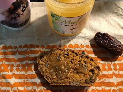 Tranche de breadcake à la patate douce et aux graines de courge recouverte de miel