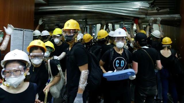 Manifestantes irrumpen en el Parlamento de Hong Kong