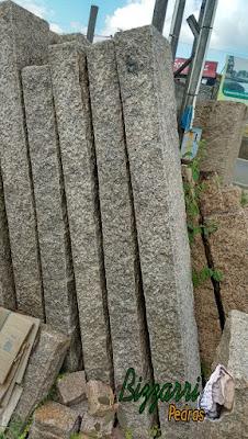 Pedra folheta de granito cortada em tamanho especial para execução do banco de pedra.